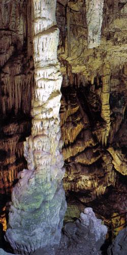 σταλακτίτες και σταλαγμίτες στο σπήλαιο δικταίο άντρο