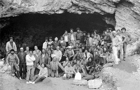 Ο αρχαιολόγος Γιάννης Σακελλαράκης με την ομάδα του μπροστά από το Ιδαίο Αντρο στην ανασκαφή του 1983