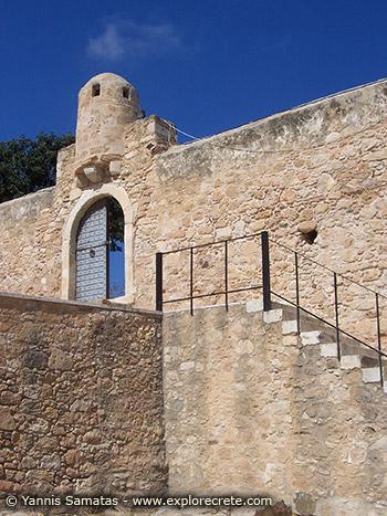 πορτα στο φρουριο καζαρμα στη σητεια