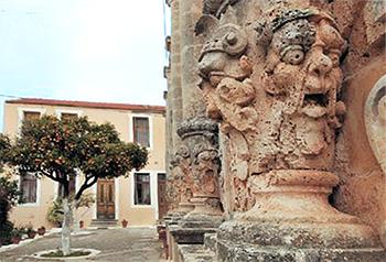 τέρατα στην πρόσοψη του ναού στη μονή γουβερνέτου