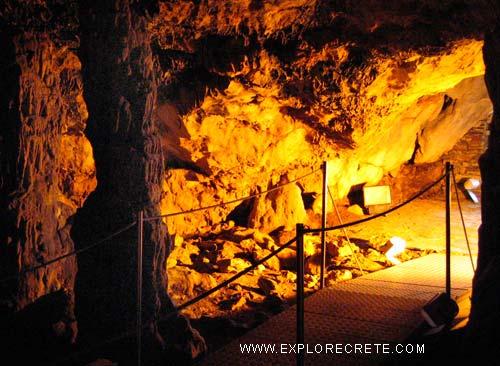 μέσα στο σπήλαιο Ζωνιανών