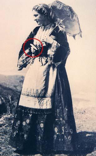 γυναίκα της Κρήτης με μαχαίρι στη ζώνη της